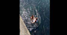 Denize düşen genç kızı, minibüs şoförü kurtardı