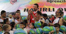 Hidayet Türkoğlu öğrencilerle maç yaptı