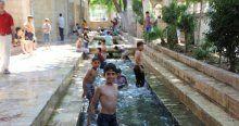 Çocukların su kanalında tehlikeli oyunu