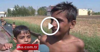 Adana'da çocuklar sulama kanalına akın etti