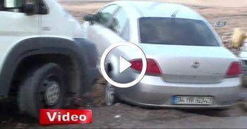 Yol çöktü, araçların tekerleri çukura saplandı