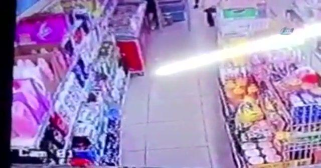 Markette genç kıza yumruklu saldırı
