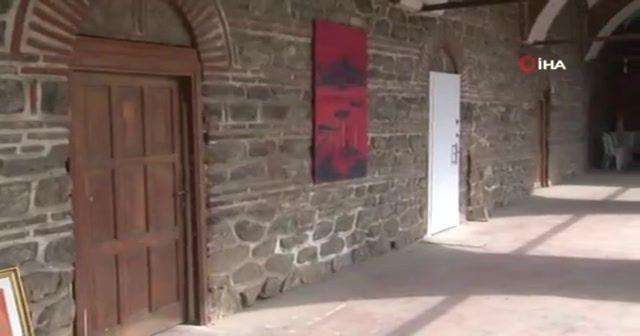Tarihi Pirinçhan'daki beyaz çelik kapıya klip çekti