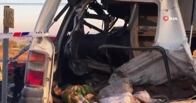 Tren minibüse çarptı: 2 ölü