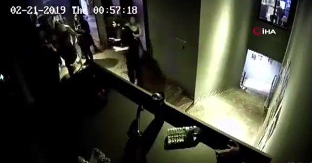 Eğlence mekanında kadınları tekme tokat dövdüler