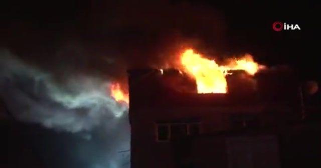 Beyoğlu'nda iki binanın en üst katları alev alev yanarak kül oldu