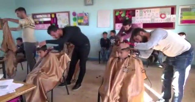 Tıraş takımlarını alıp köy okullarının yolunu tuttu