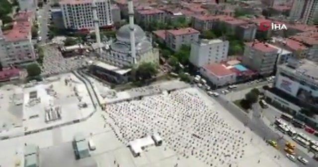 Bağcılar Meydanı'nda cuma namazı kılan yüzlerce kişi havadan görüntülendi