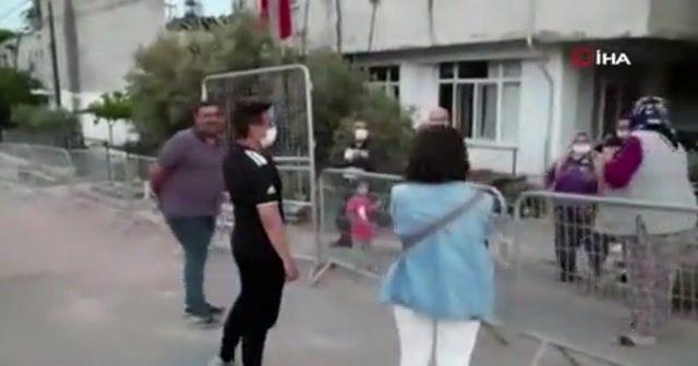 Terhis olan gencin karantinadaki babaannesine ziyareti ağlattı