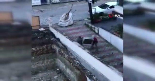 Kağıt toplayıcı kılığındaki hırsızlar kamerada