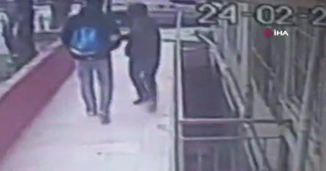 Güvenlik kamerasını gören hırsızlar binaya geri geri girdi