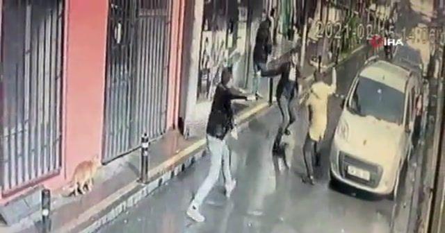 Ortaköy'de aralarında husumet olan 2 kardeş sokak ortasında birbirini bıçakladı